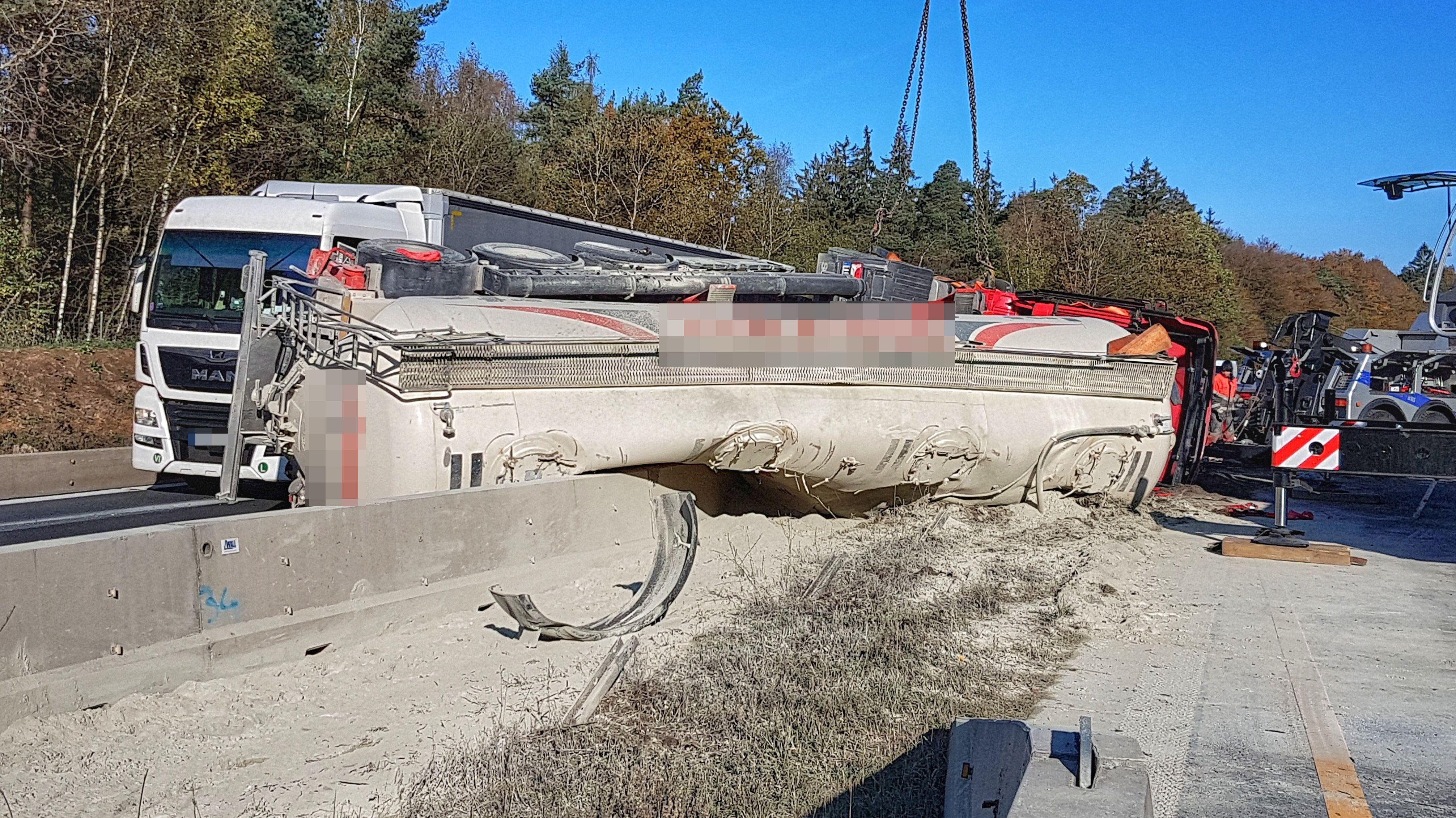 Auf der A7 im Landkreis Bad Kissingen liegt nach einem Unfall ein umgekippter Zementlaster.