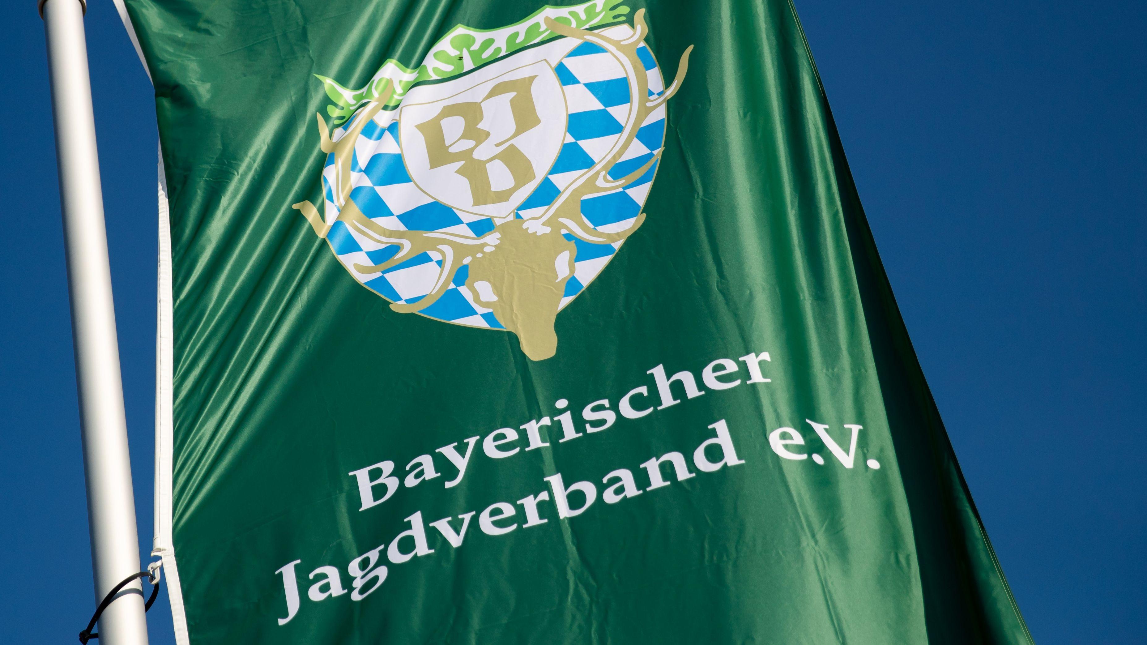 Die Fahne des Bayerischen Jagdverbandes (BJV) weht vor dem blauen Himmel.