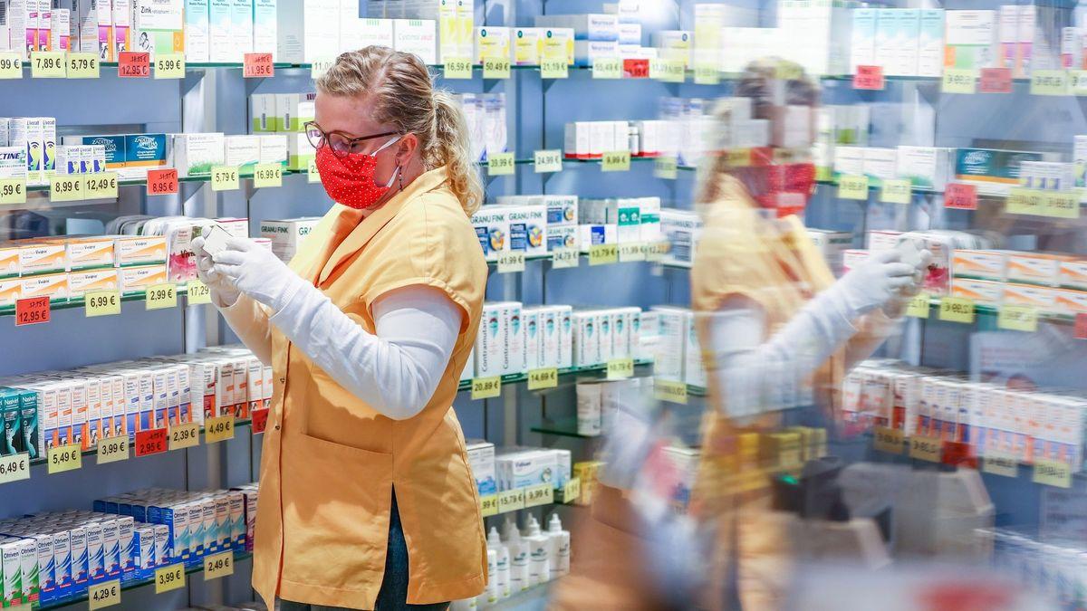 Die Corona-Maßnahmen wie Mundschutz-Pflicht und Abstand sorgen unter anderem dafür, dass es weniger banale Erkältungskrankheiten gibt.