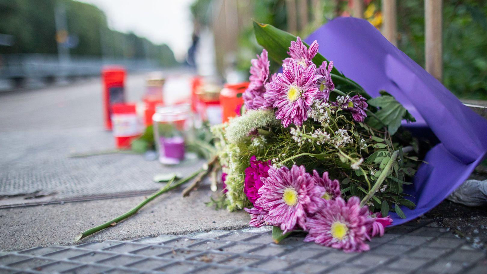 Nordrhein-Westfalen, Voerde: Blumen und Kerzen stehen an Gleis eins am Bahnhof.