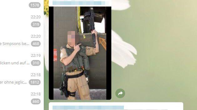 Ronny B. hantiert mit einem Maschinengewehr
