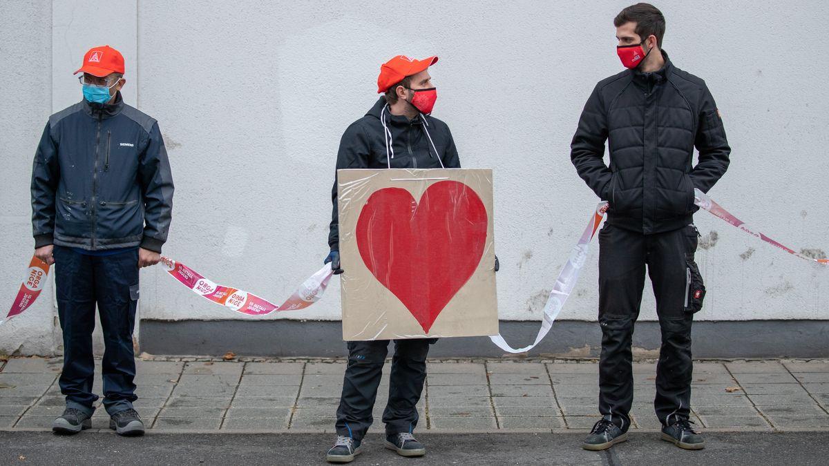 Beschäftigte mehrerer Unternehmen protestieren mit in Menschenkette gegen den Stellenabbau vor allem bei Zulieferern der Autoindustrie.