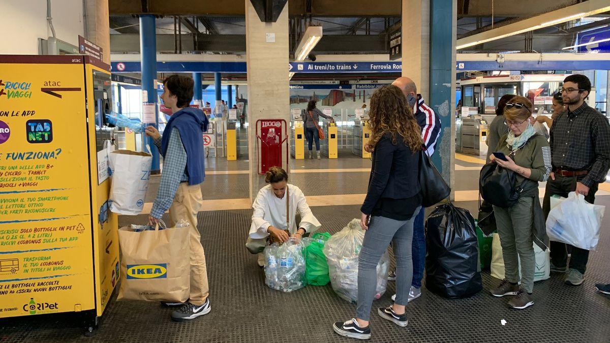 Rom: Ein Mann löst in einem Automaten alte Plastikflaschen gegen U-Bahn- und Bustickets