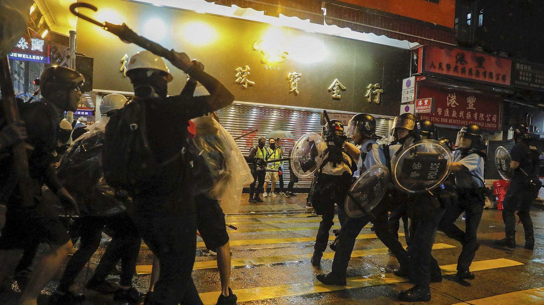 Polizisten und Demonstranten stoßen während eines Protests in Hongkong aufeinander.