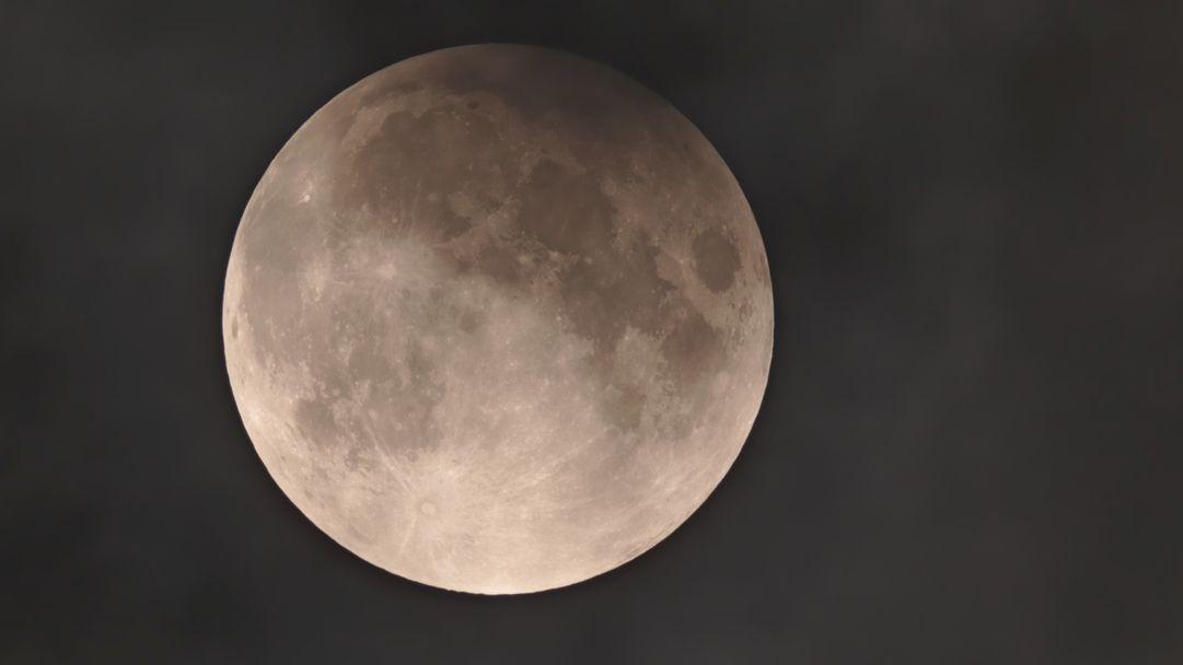 Bei einer Halbschatten-Mondfinsternis wird die Mondscheibe nur leicht überschattet.
