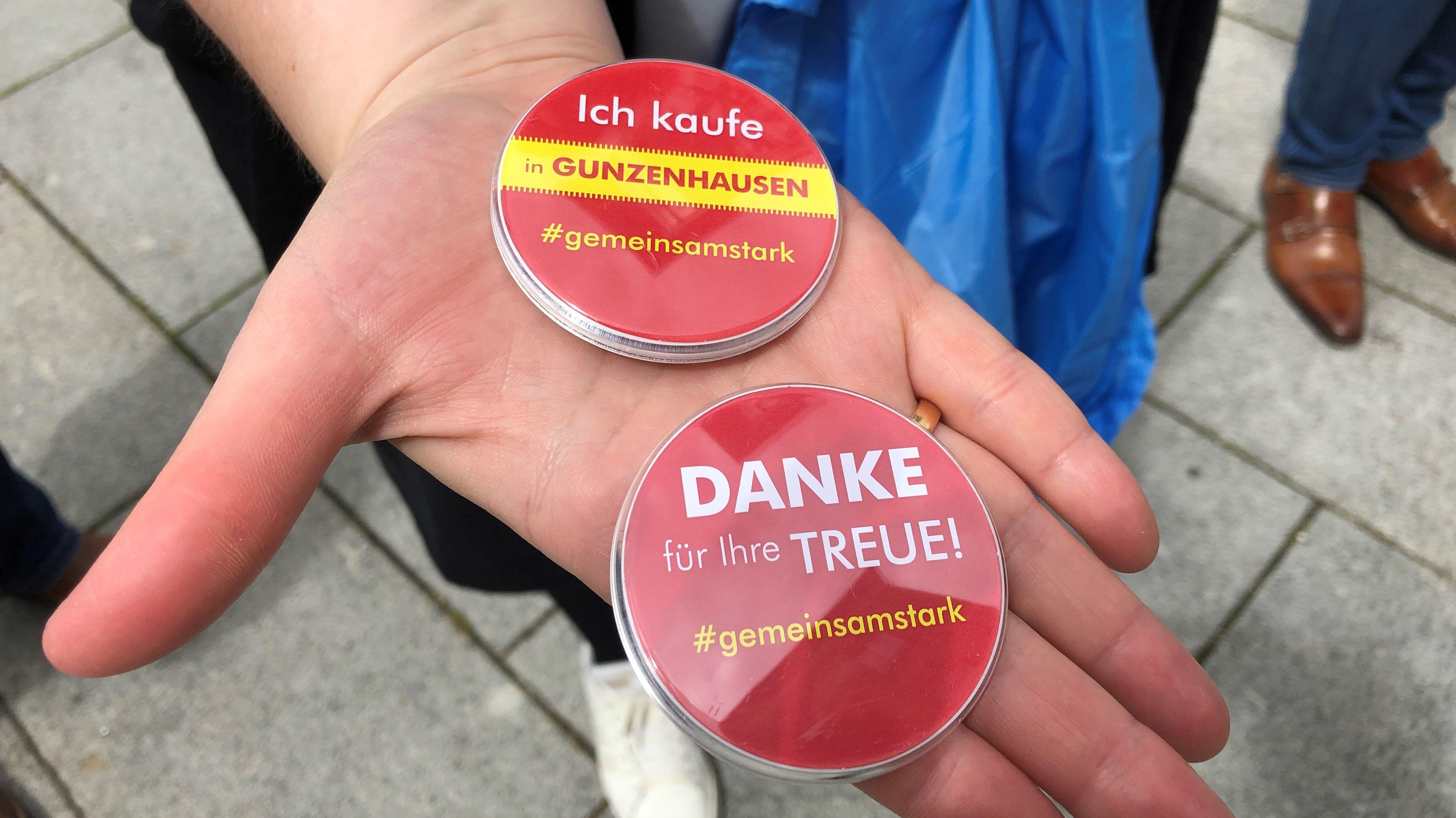 """Zwei Anstecker mit der Aufschrift """"Ich kaufe in Gunzenhausen"""" und """"Danke für Ihre Treue"""""""