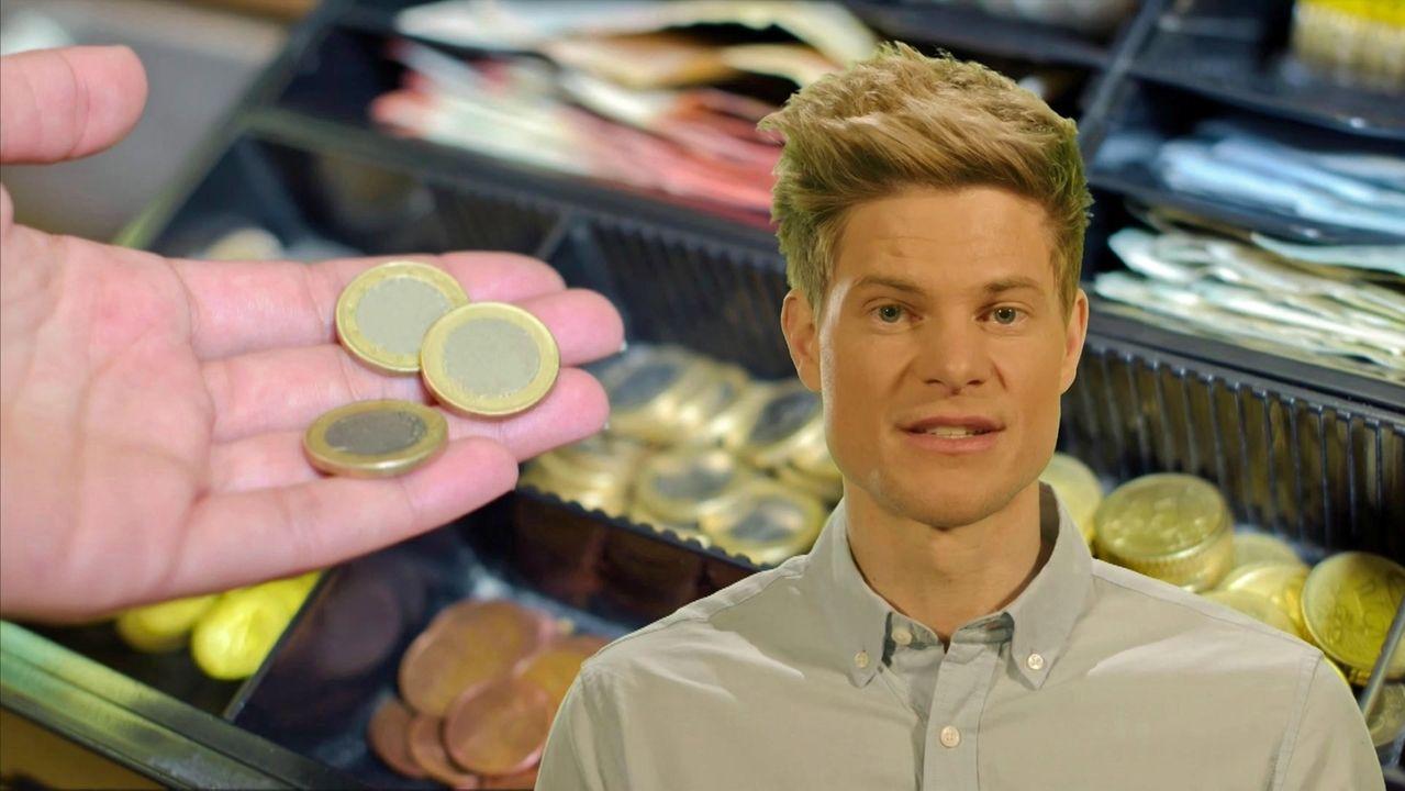 Philip Häusser und eine Hand mit Münzen