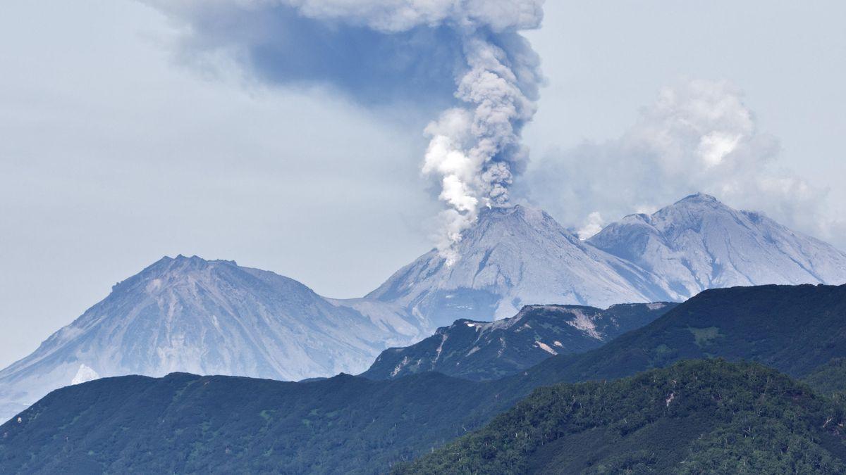 Landschaft in Kamtschatka mit dem rauchenden Schupanovsky-Vulkan