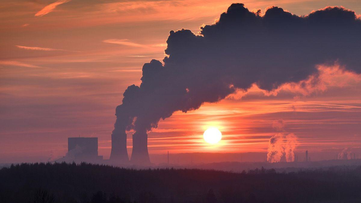 Auch Kohlekraftwerke wie hier das Kohlekraftwerk Lippendorf südlich von Leipzig (Archivfoto) verursachen klimaschädliche Treibhausgase.