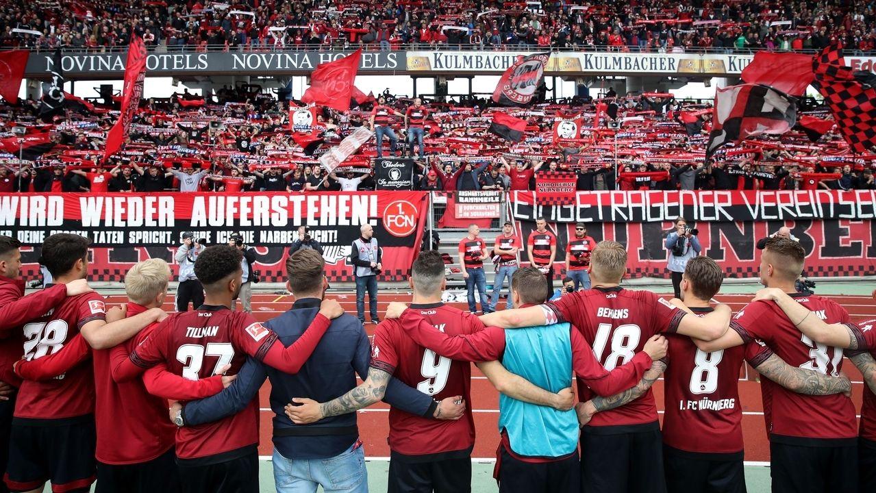 Nürnberger Spieler vor ihren Fans nach dem neunten Bundesliga-Abstieg