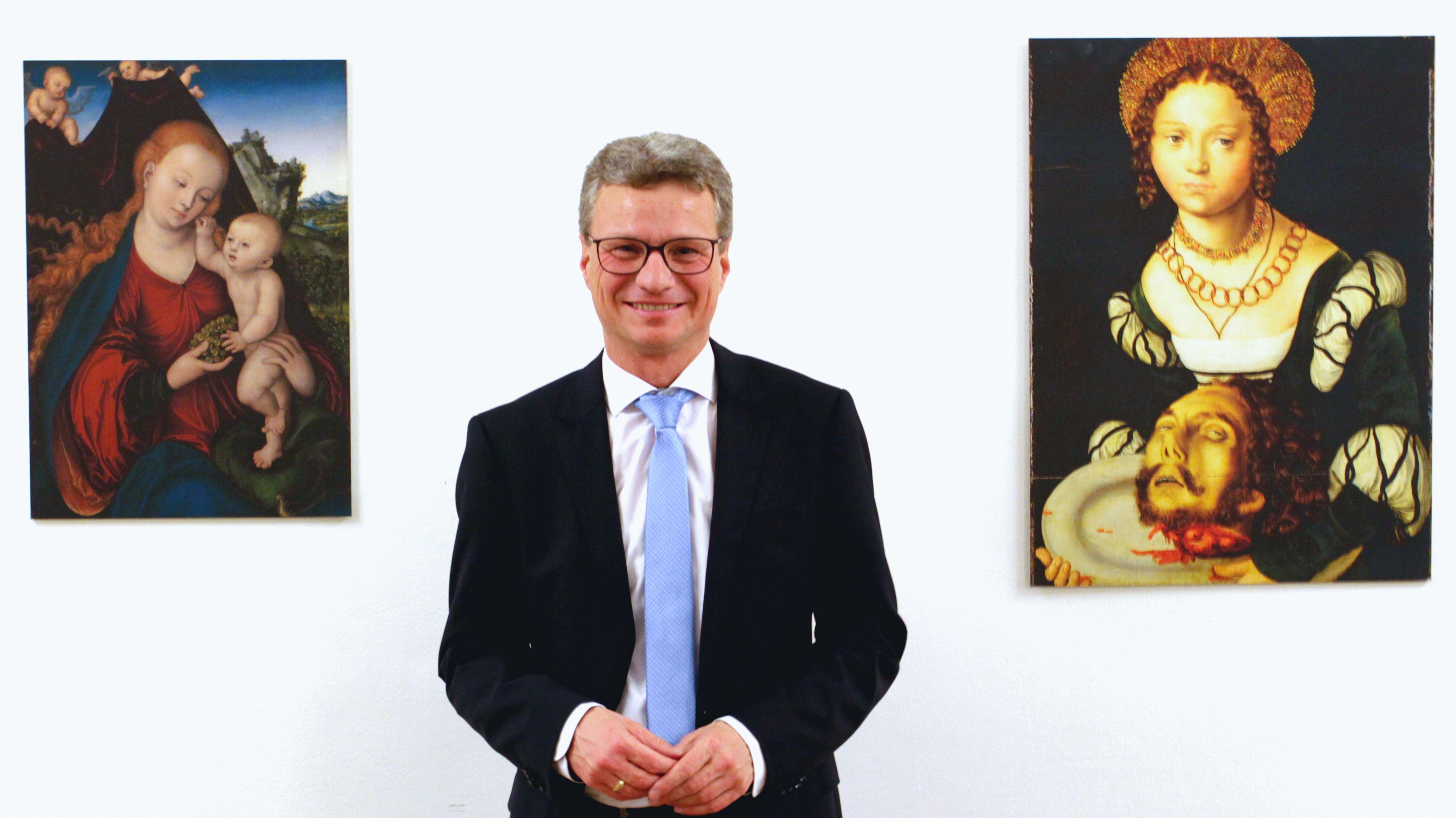 Kunstminister Bernd Sibler mit den beiden Cranach-Werken, die ab März in Kronach zu sehen sein sollen.