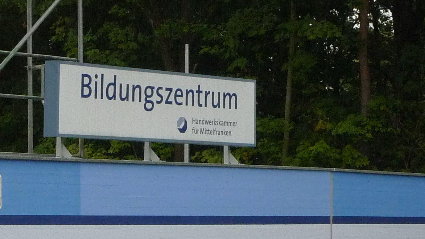 """Schild mit Aufschrift """"Bildungszentrum"""", Handwerkskammer Mittelfranken"""