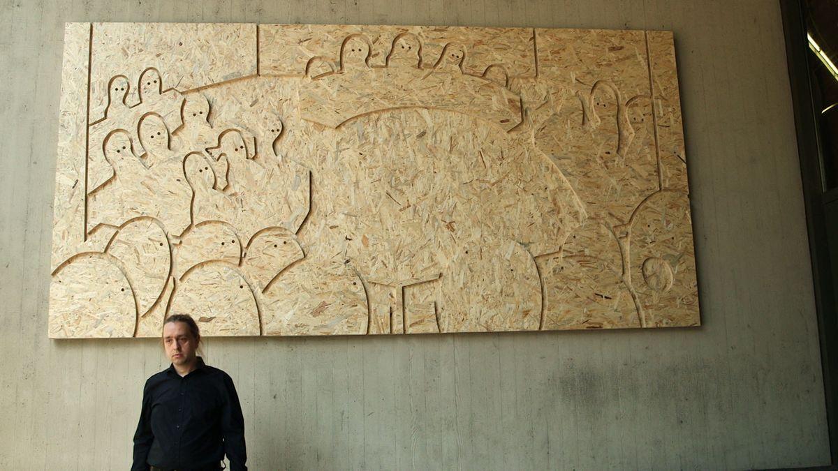 Der Künstler Sebastian Jung vor seinem Kunstwerk, das heute enthüllt wurde.