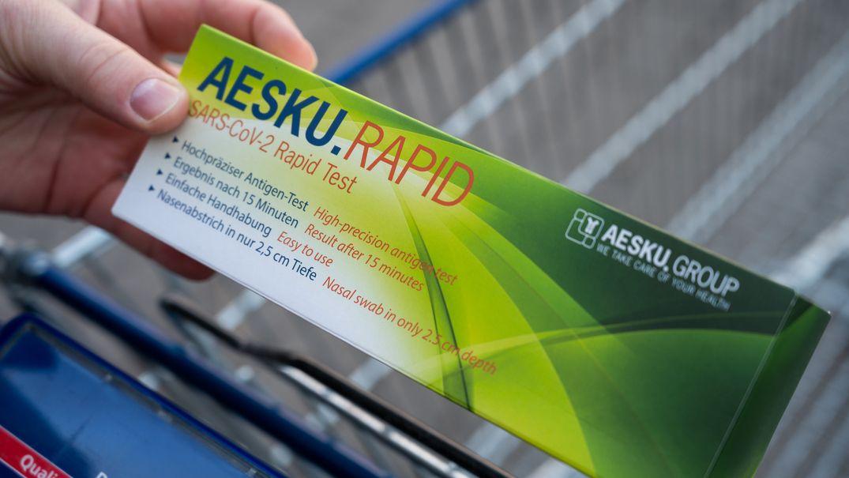 Ein Mann hält eine Packung Corona-Selbsttests von Aldi in der Hand. Die Selbsttests in der Aldi-Filiale waren sofort ausverkauft.
