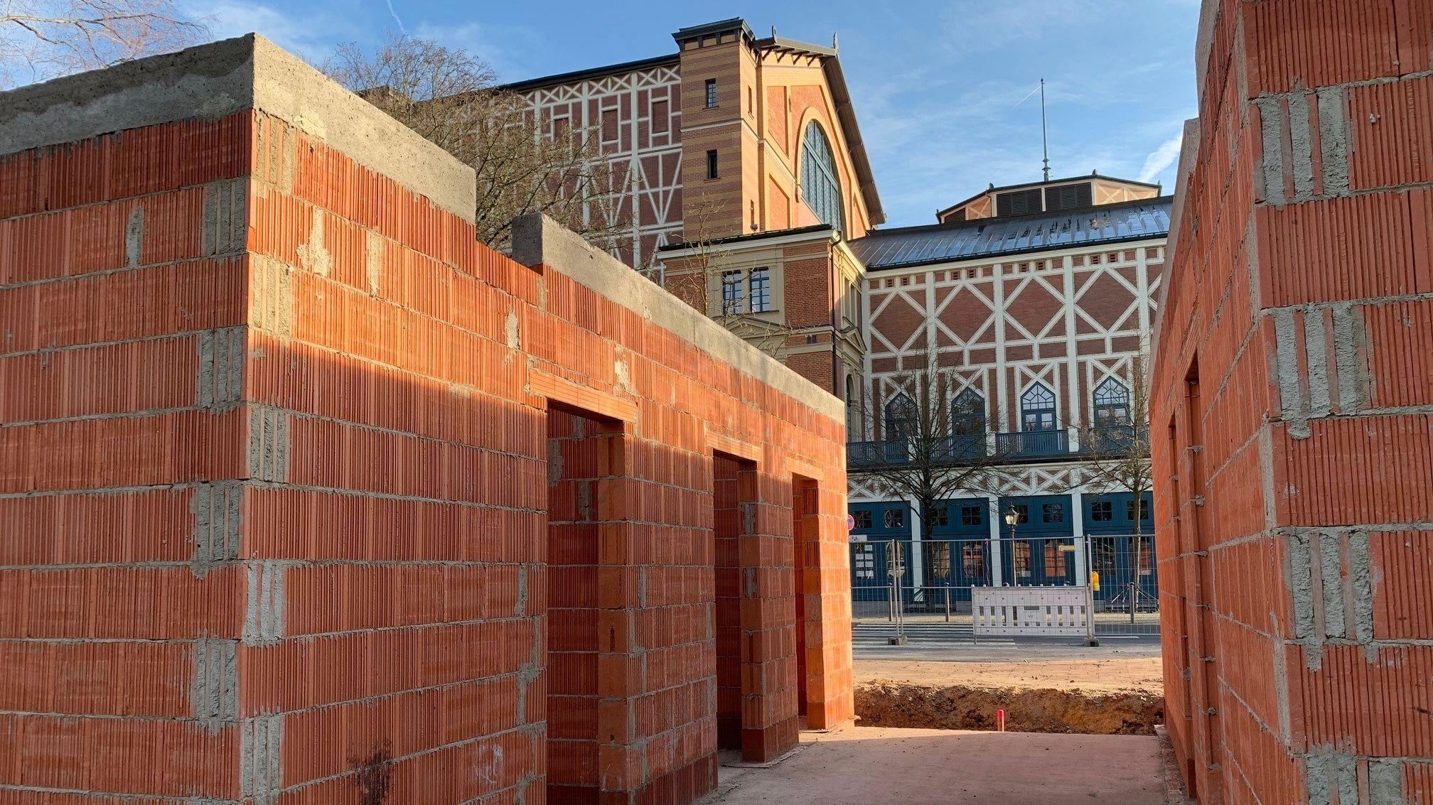 Vor dem Bayreuther Festspielhaus steht bereits der Rohbau des neuen Toilettenhäuschens.