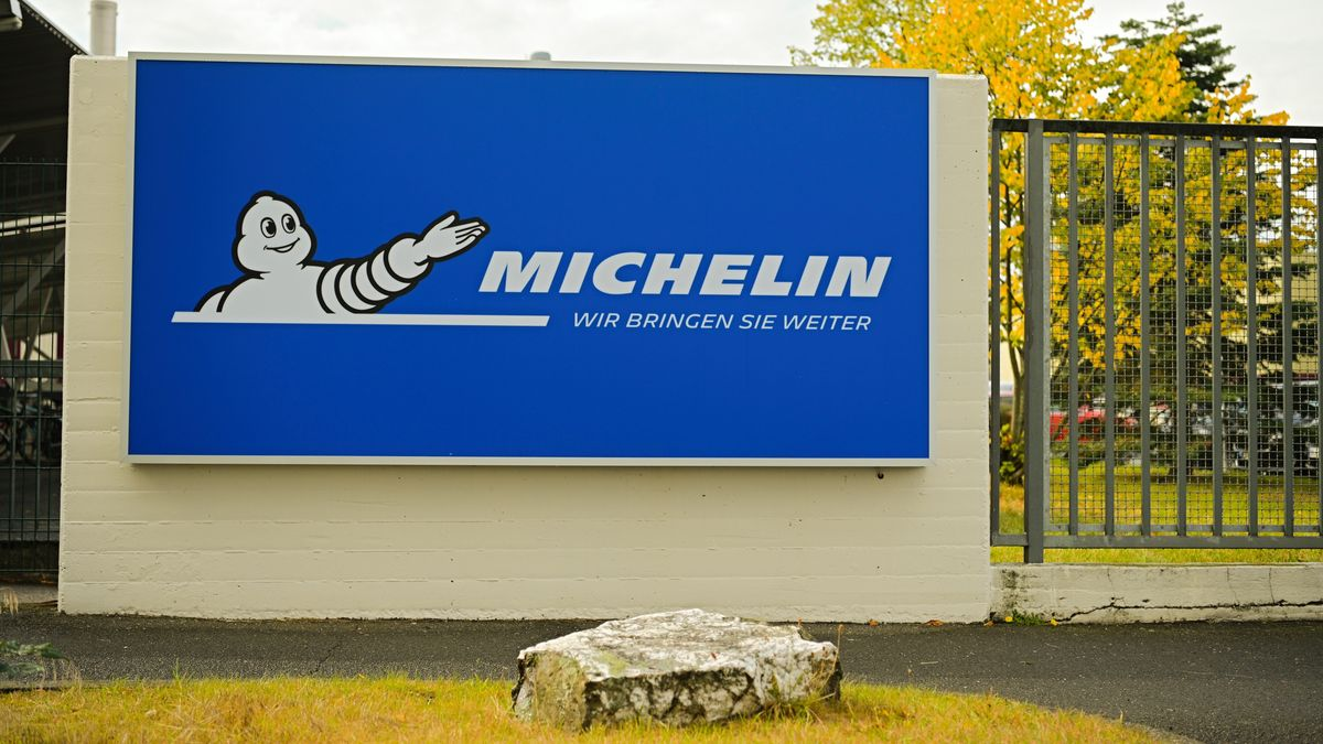 Vor dem Michelin-Werk in Hallstadt ist ein Banner mit dem Firmenlogo an einer Mauer zu sehen.