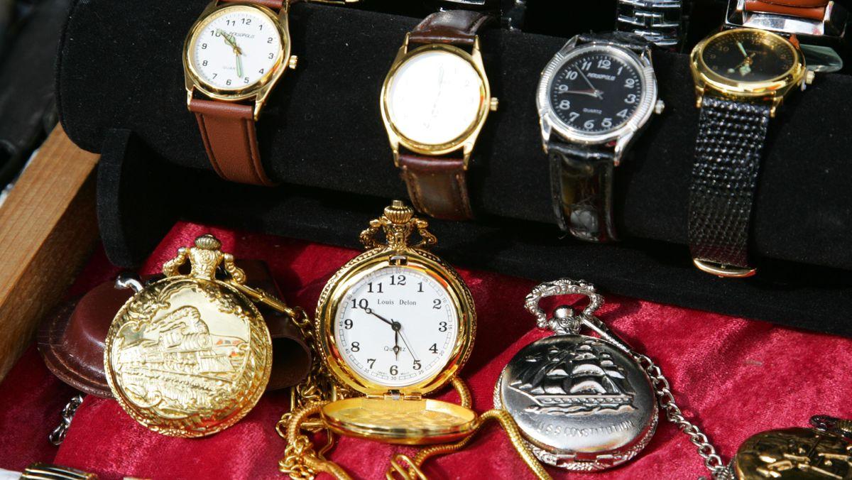 80 Uhren und 150.000 Euro Bargeld soll der Angeklagte bei seinem Raubüberfall gestohlen haben.