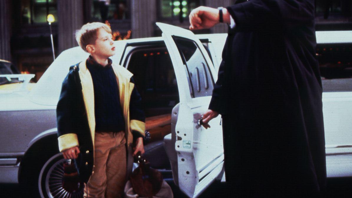 """Standbild aus dem Film """"Kevin - Allein in New York"""" - Kevin verlässt eine stretched Limousine"""