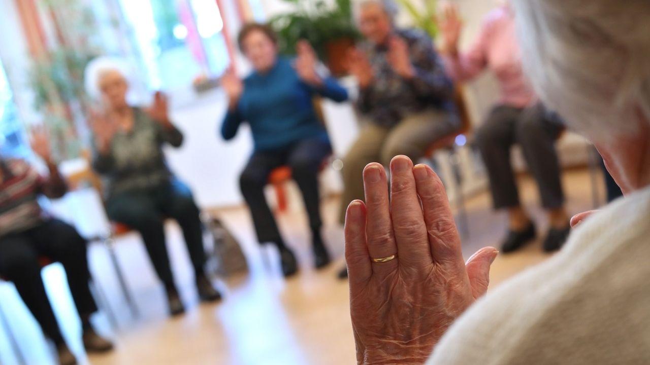 Eine Demenzgruppe in einem Altenheim macht Übungen.
