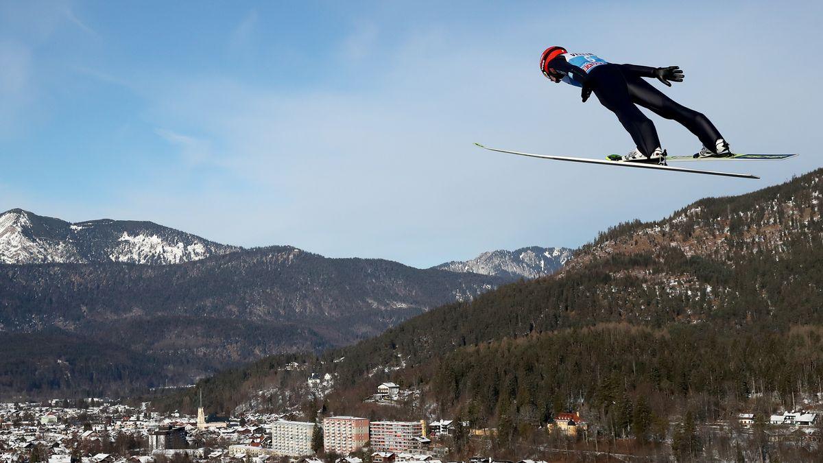 Skispringer über Garmisch-Partenkirchen