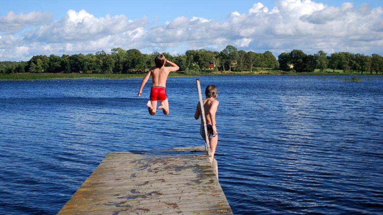 Zwei Jungen springen in Badesee (Symbolbild)