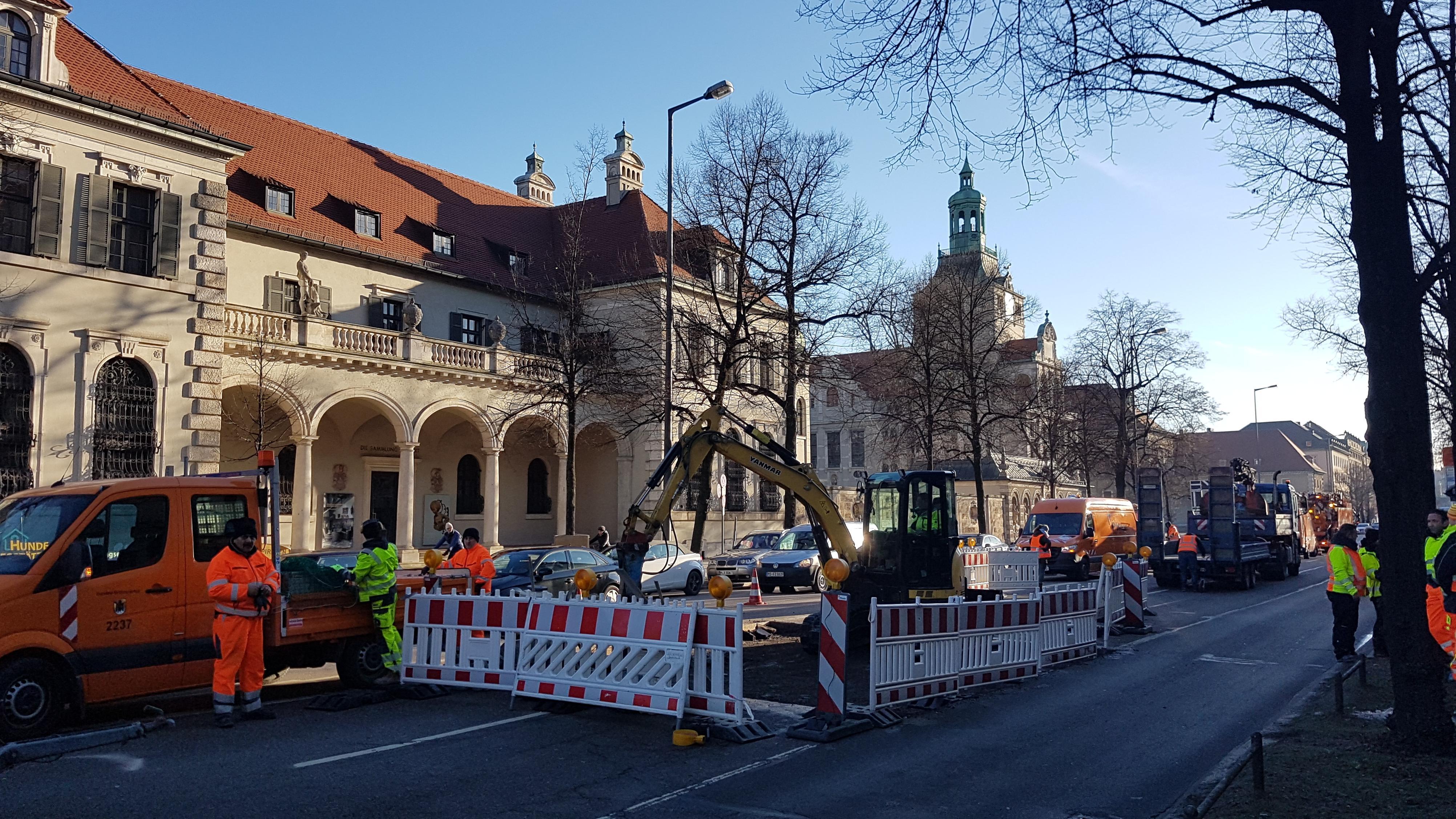 Arbeiter der Stadt versuchen, den Straßenbelag der Prinzregentenstraße zu reparieren.