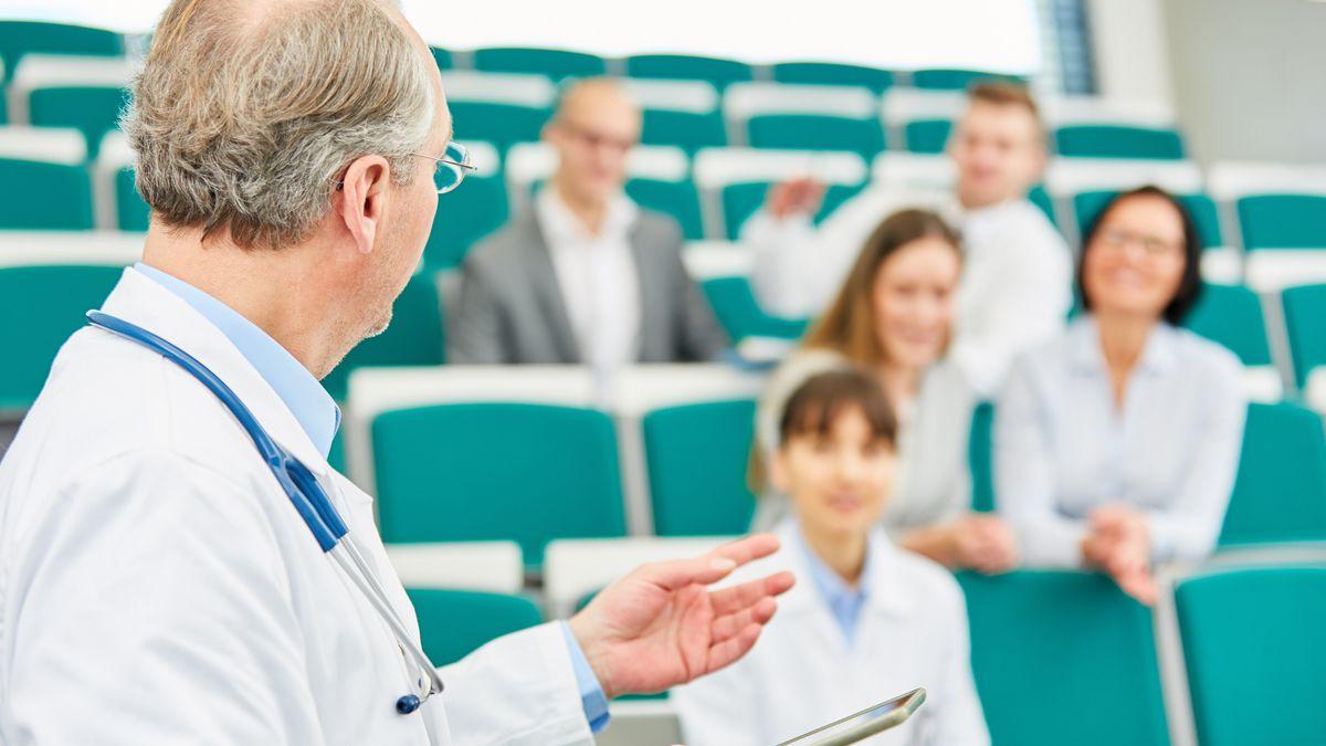 Medizin-Dozent in einer Weiterbildung vor Studenten und jungen Ärzten