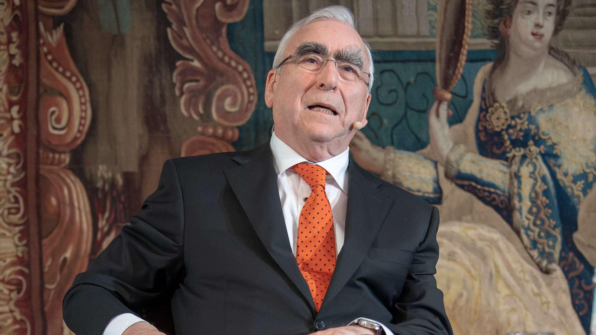 Der ehemalige CSU-Vorsitzende und Bundesfinanzminister Theo Waigel sitzt während der Pressekonferenz zur Vorstellung seiner Autobiografie