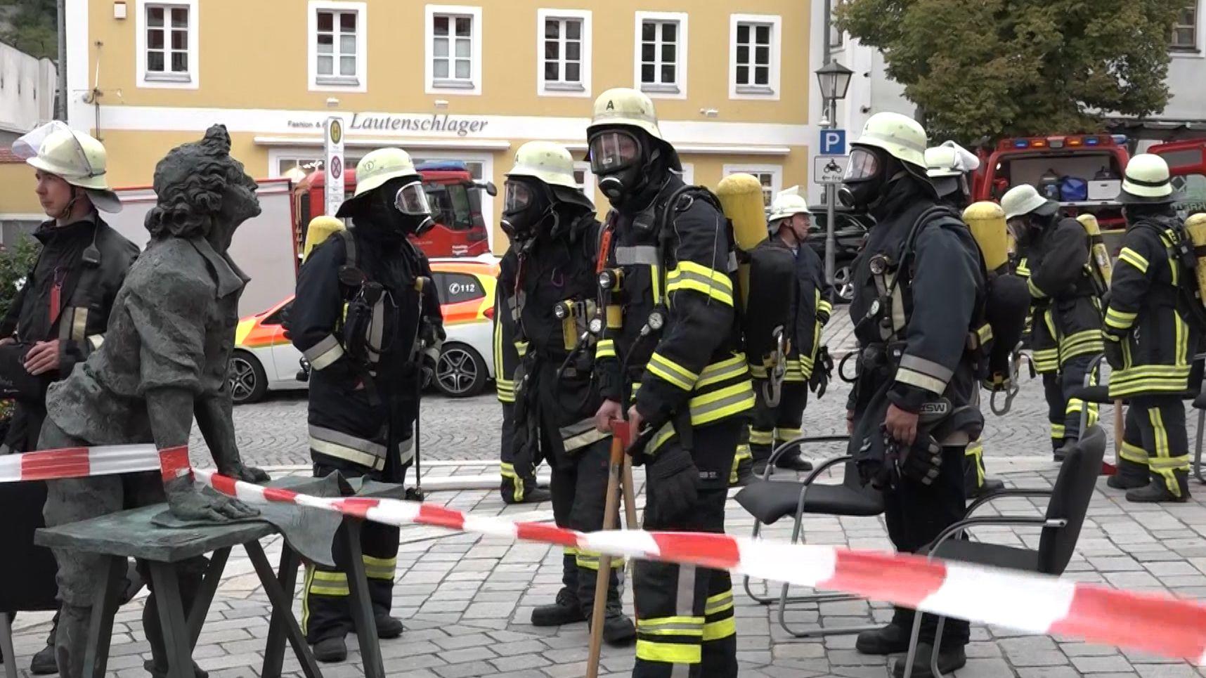 Feuerwehrleute in der Altstadt von Burglengenfeld, Landkreis Schwandorf