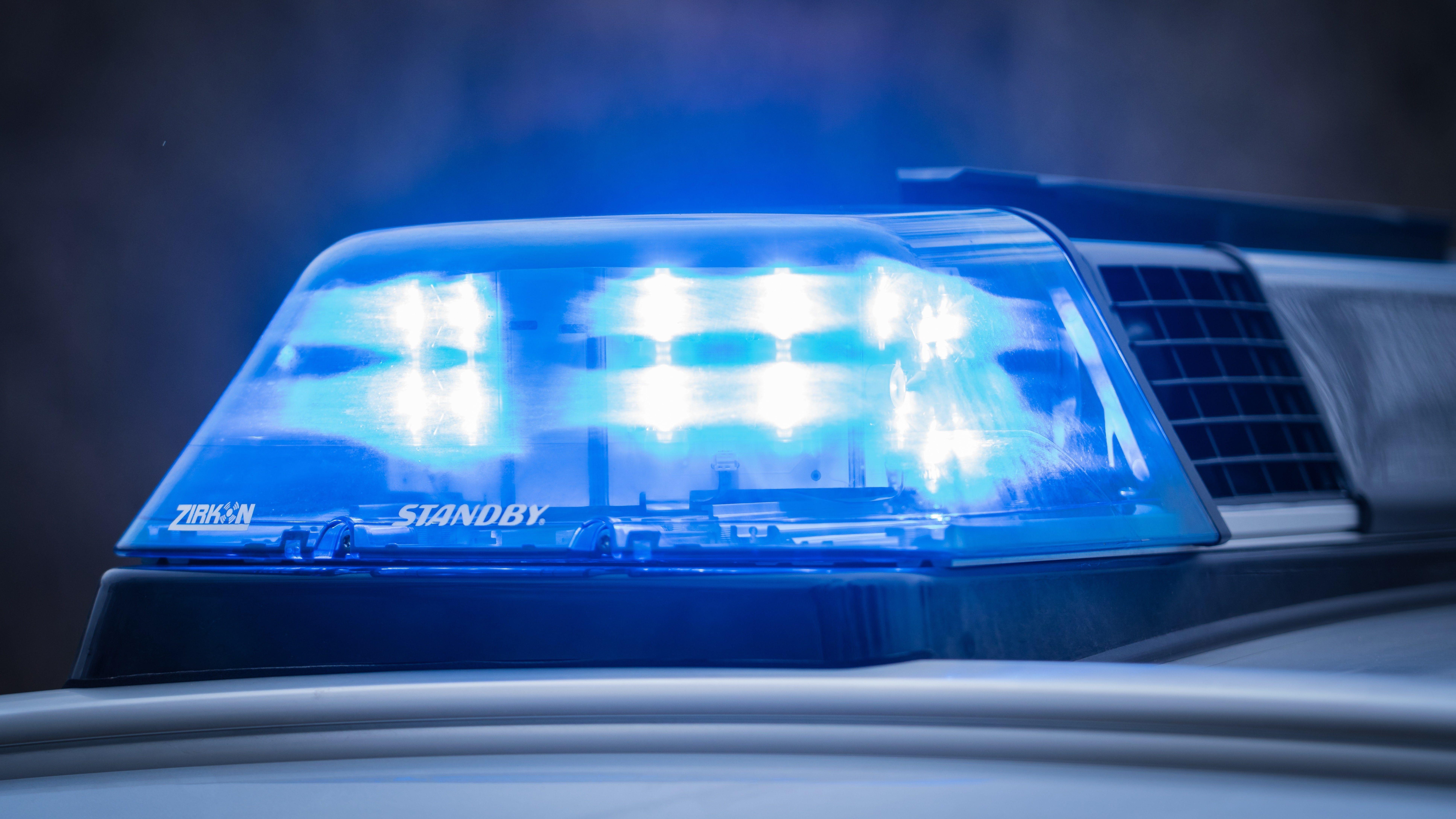 Blaulicht auf einem Streifenwagen der Polizei (Archivbild)