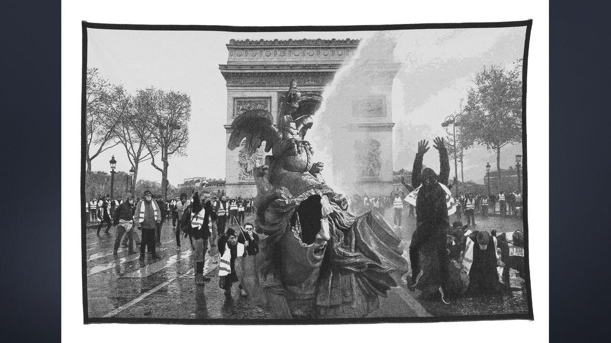 Gewebter Teppich nach Fotos des Gelbwesten-Protests vor dem Arc de Triomphe