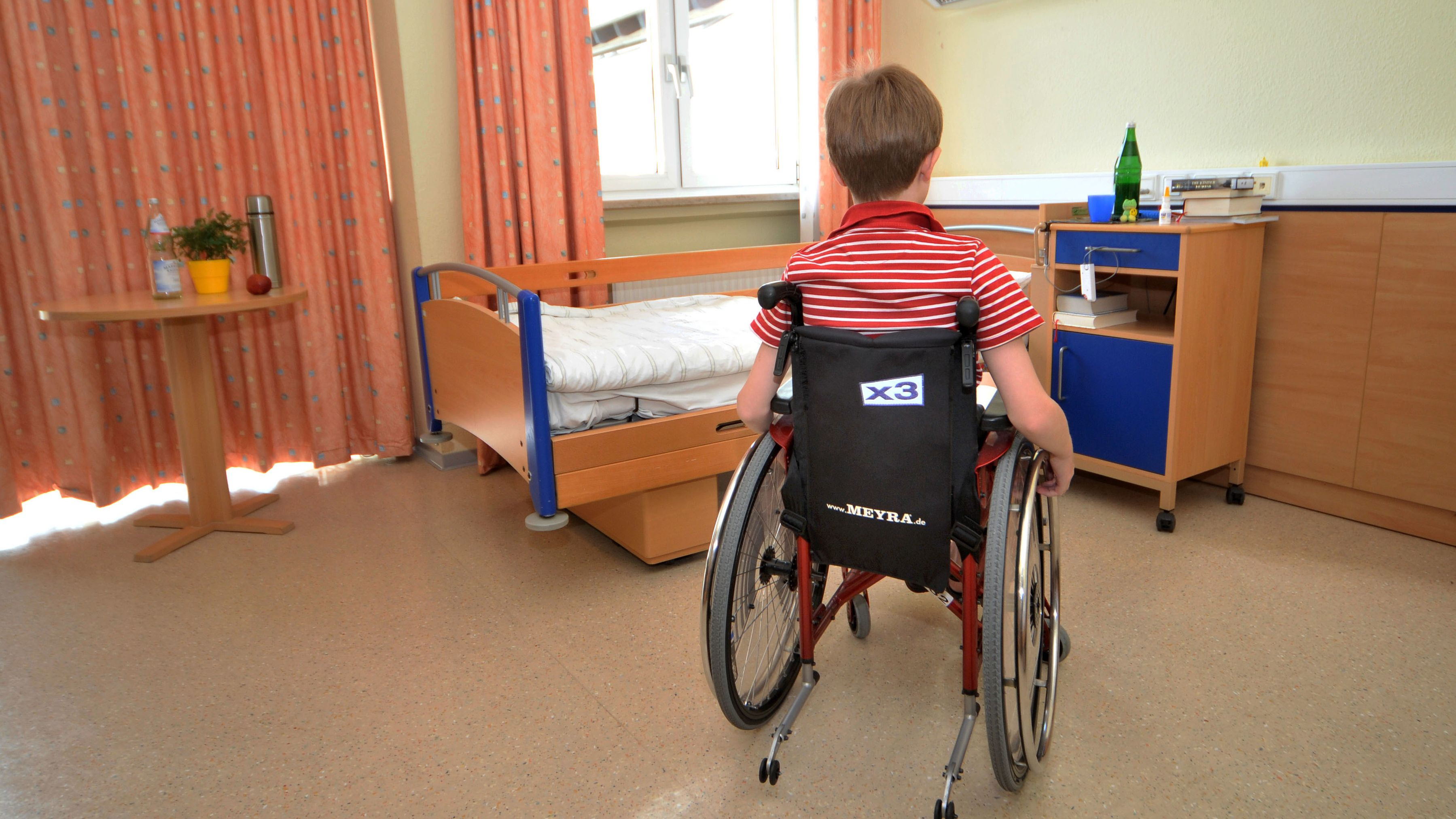 Junge im Rollstuhl in einem Wonheim-Zimmer (Symbolbild)