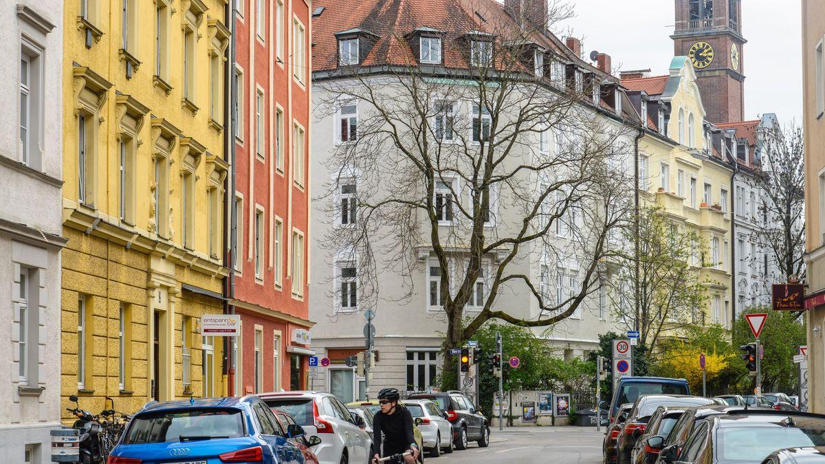 Altbauten in der Viktoria-Straße in München-Schwabing mit Turm der Kirche St. Ursula im Hintergrund.