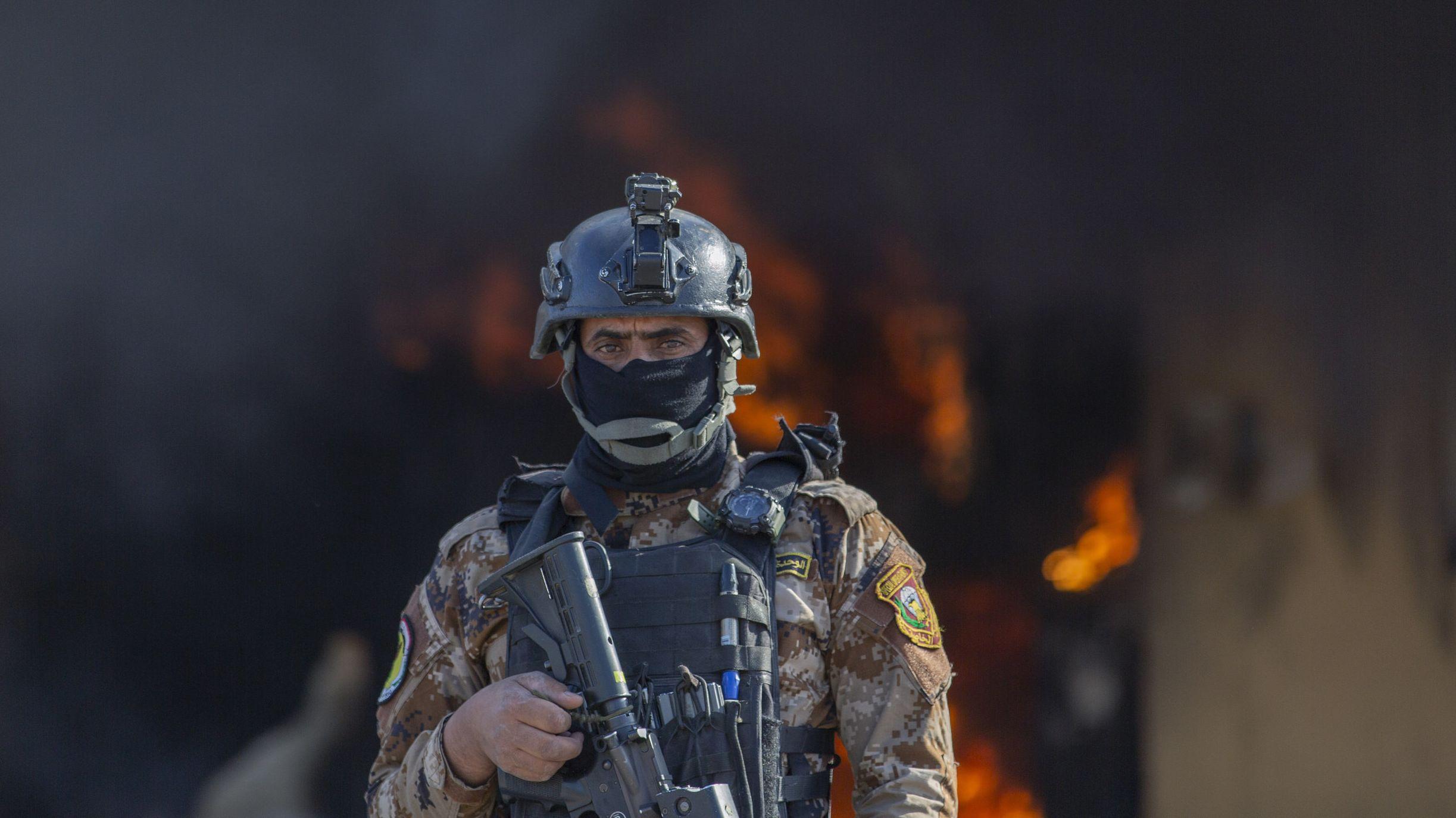 US-Soldat vor der brennenden US-Botschaft in Bagdad (Bild vom 1.1.2020)
