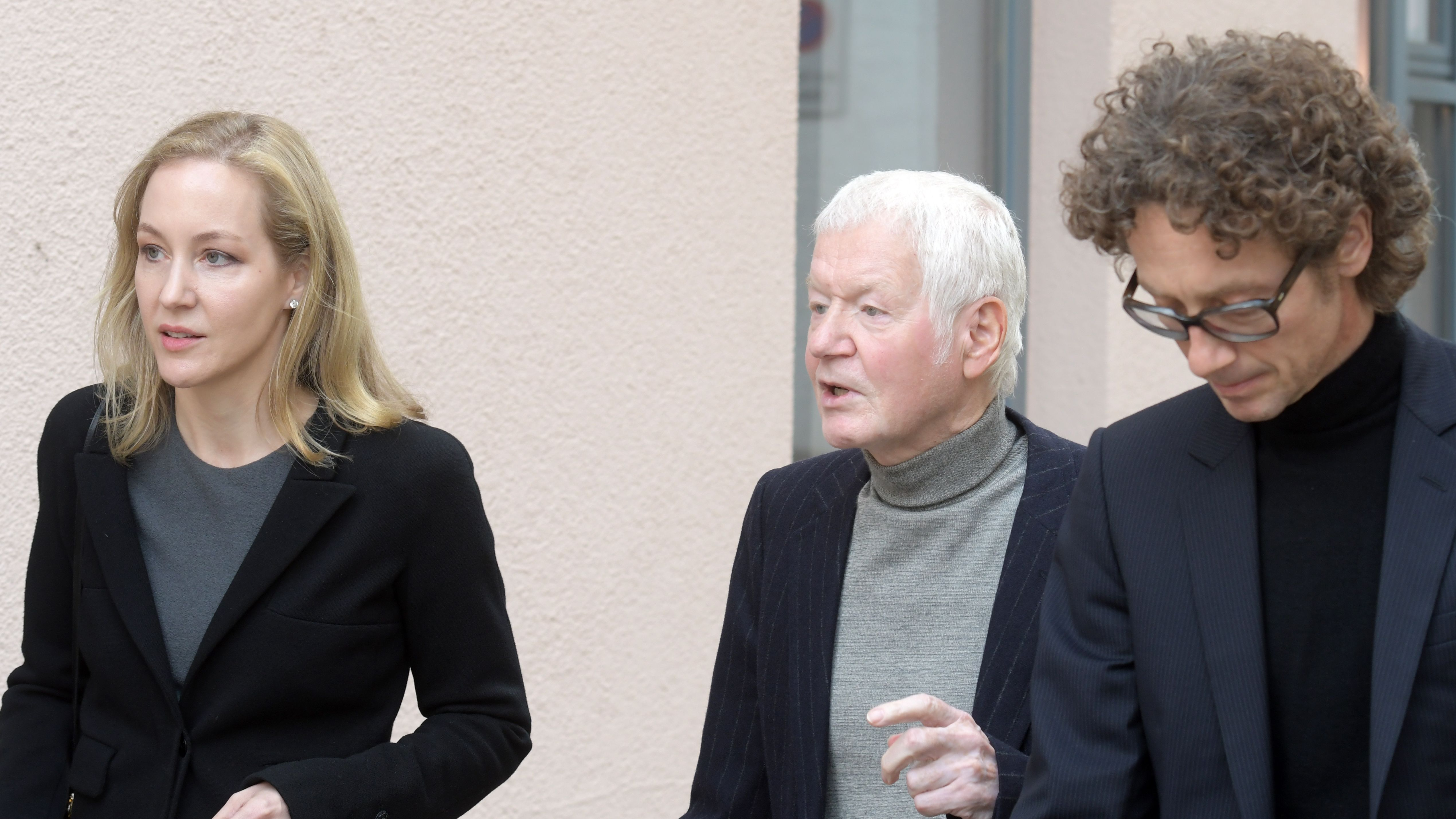 Meike und Lars Schlecker gehen mit ihrem Vater Anton Schlecker (M) in Ehingen (Baden-Württemberg) durch