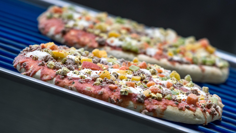 Tiefkühlpizza auf einem Backblech
