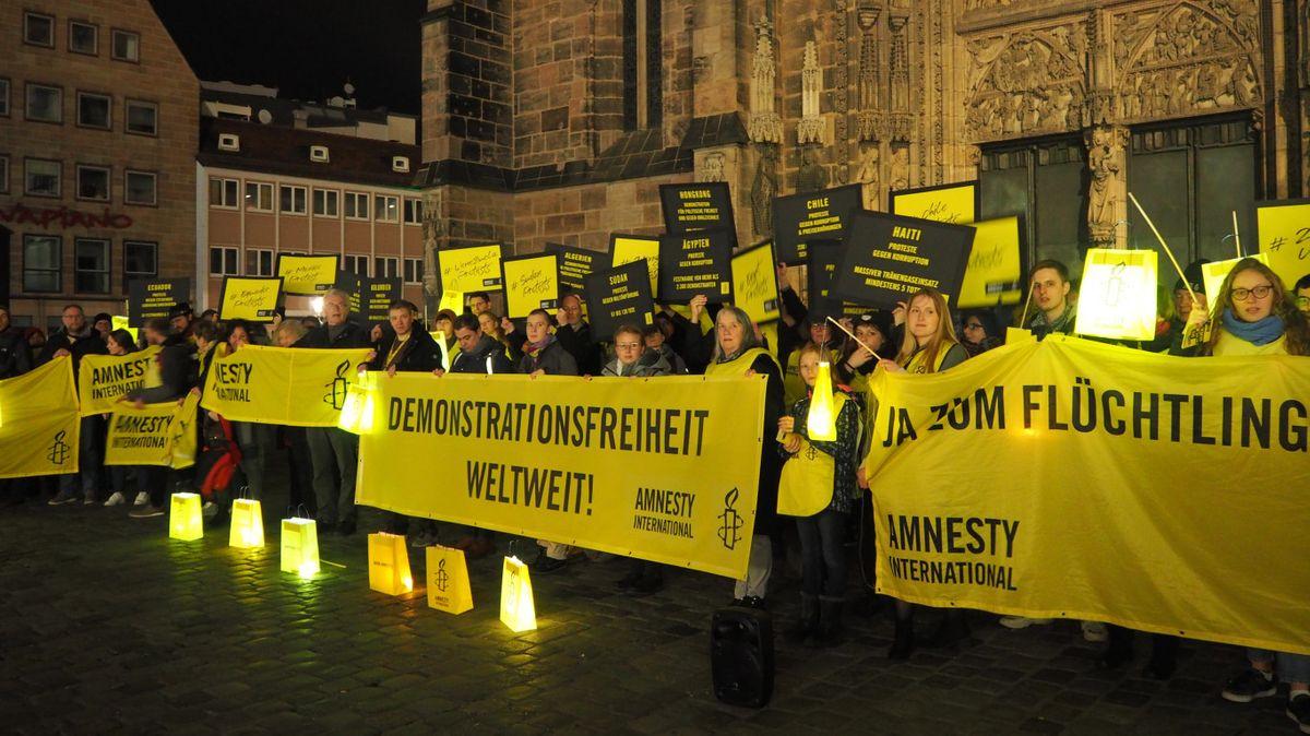 Rund 150 Amnesty-Mitglieder aus Deutschland demonstrieren in Nürnberg.