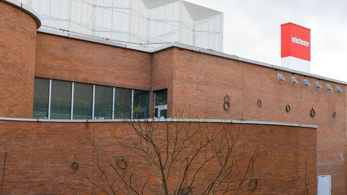 Außenansicht des Volkstheater-Neubaus (Ziegelbau mit rotem Theater-Logo)