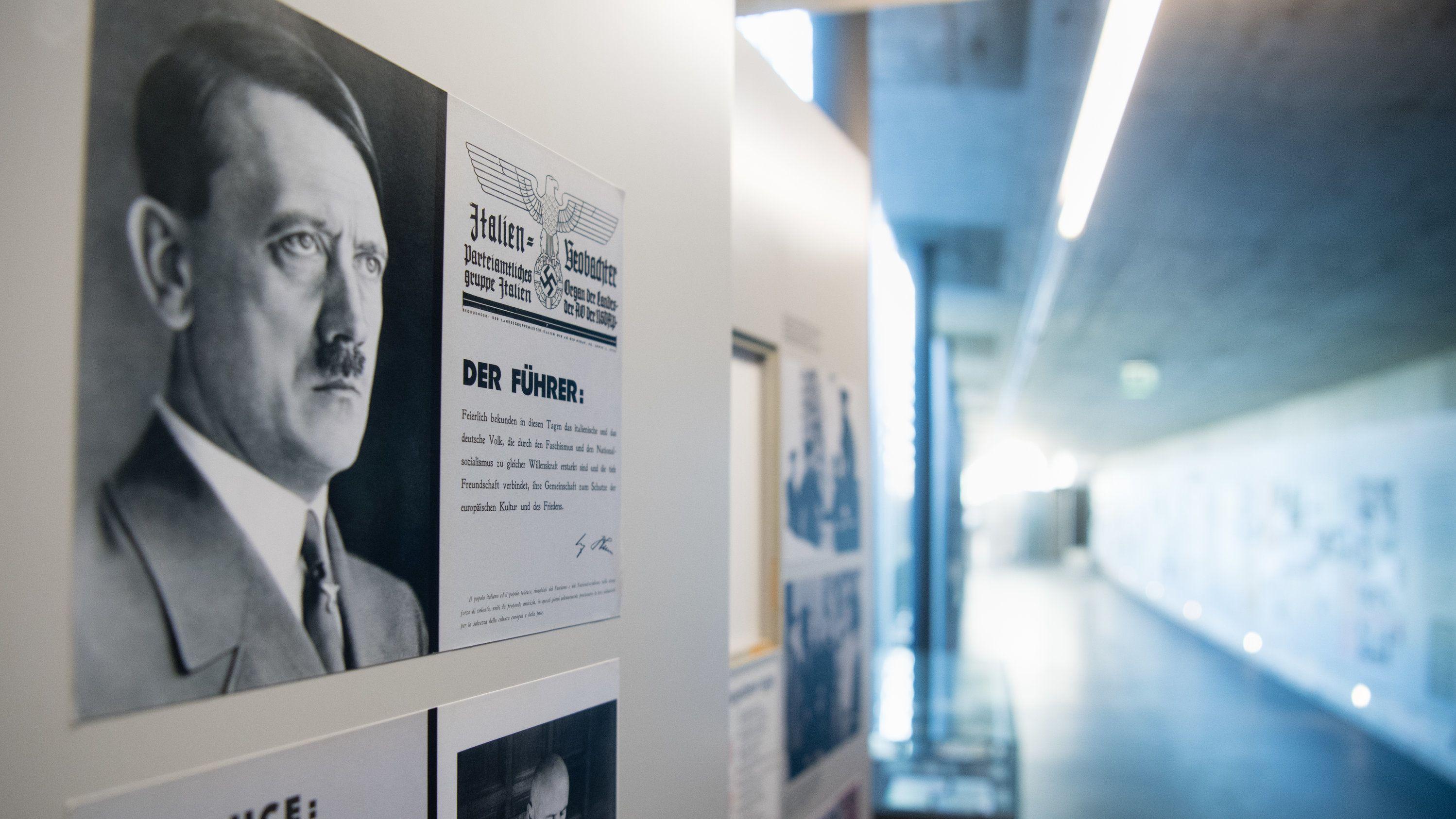 Ein Bild von Adolf Hitler in der Ausstellung im Dokumentationszentrum Obersalzberg bei Berchtesgaden.
