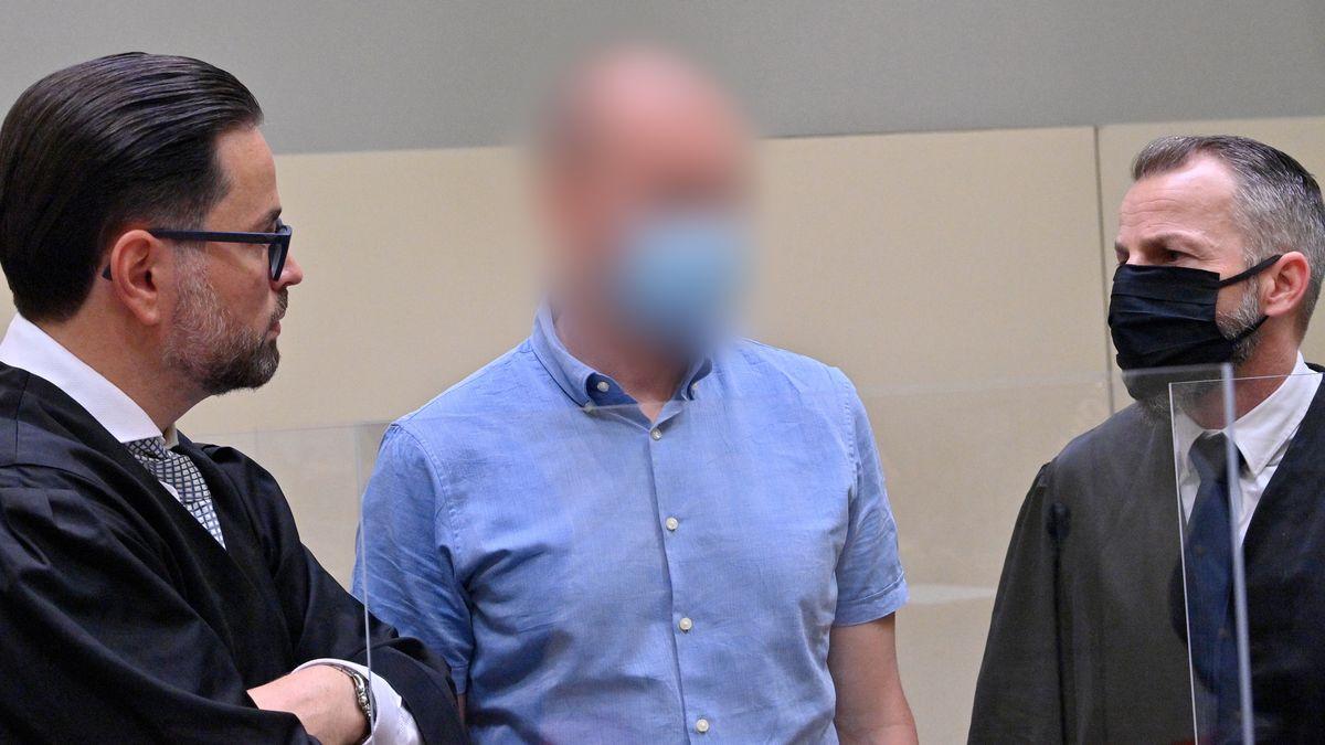 Der Hauptangeklagte mit seinen Anwälten am ersten Prozesstag