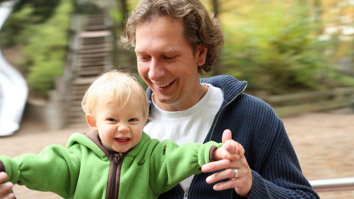 Symbolbild: Vater mit seinem Kind auf dem Spielplatz.