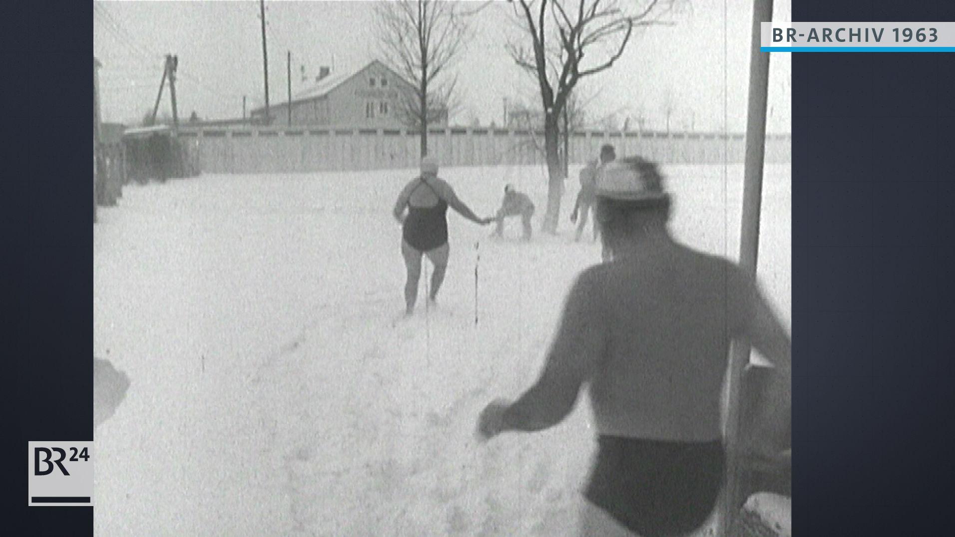 Menschen in Badebekleidung im Schnee