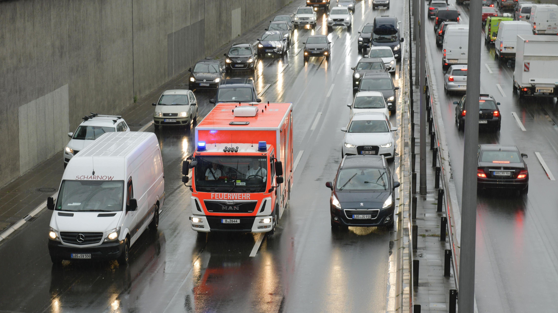 Feuerwehrfahrzeug in einer Rettungsgasse