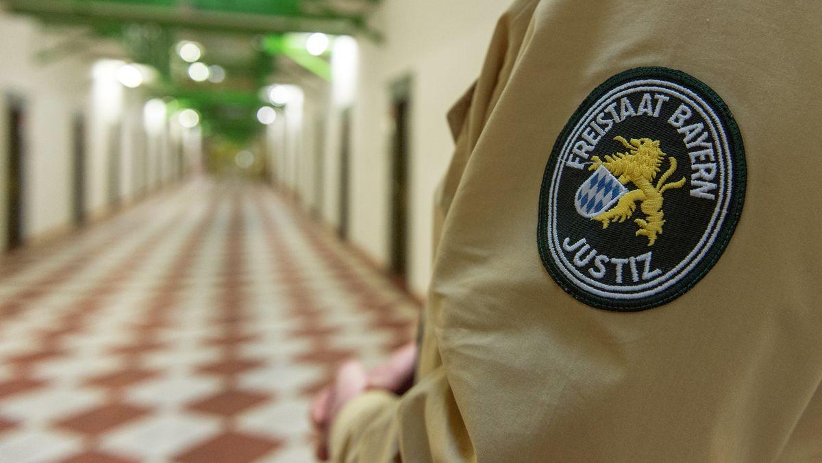 Das Abzeichen der bayerischen Justiz auf der Uniform eines Justizbeamten in der Justizvollzugsanstalt Straubing