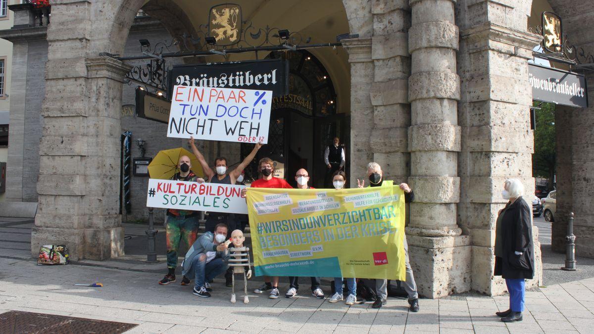 Am 28.7. protestierte das Bündnis #KulturBildungSoziales am Sitzungsort des Stadtrats gegen dessen Sparpläne