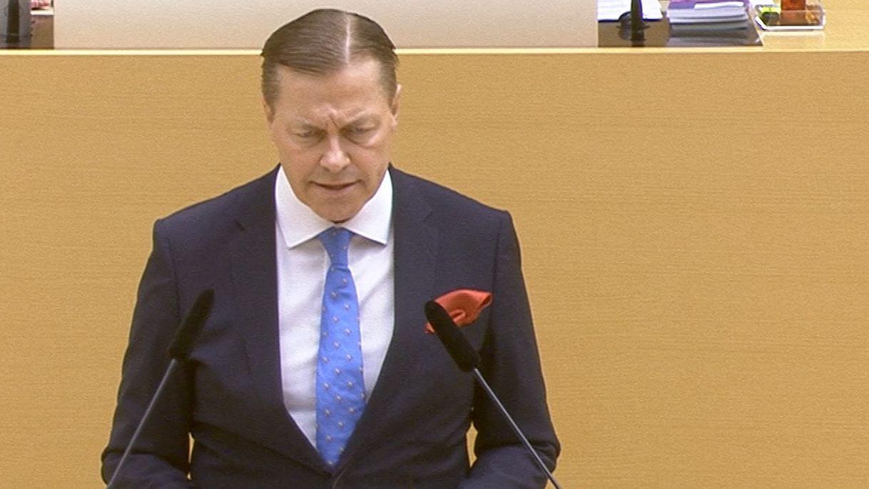 Ralph Müller steht im Landtag am Rednerpult