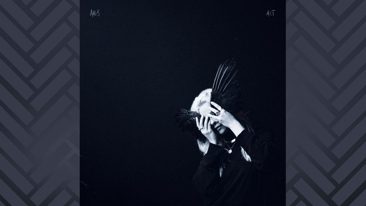 Eine blonde Frau hält eine schwarze Vogel-Maske vor ihr Gesicht: Vover von Anna B. Savages Debutalbum ist etwas düster.