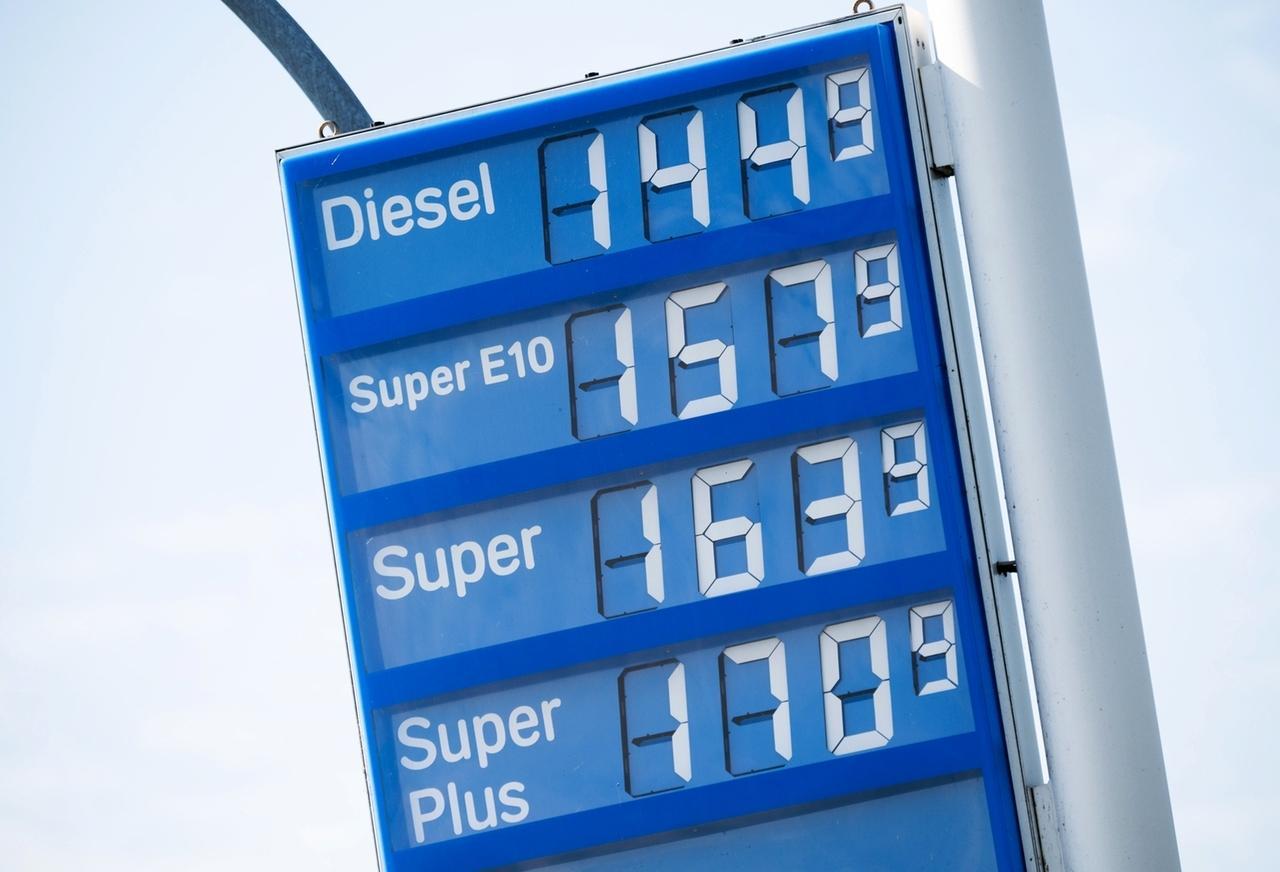 Eine Anzeigetafel an einer Tankstelle zeigt die Preise für Kraftstoff an