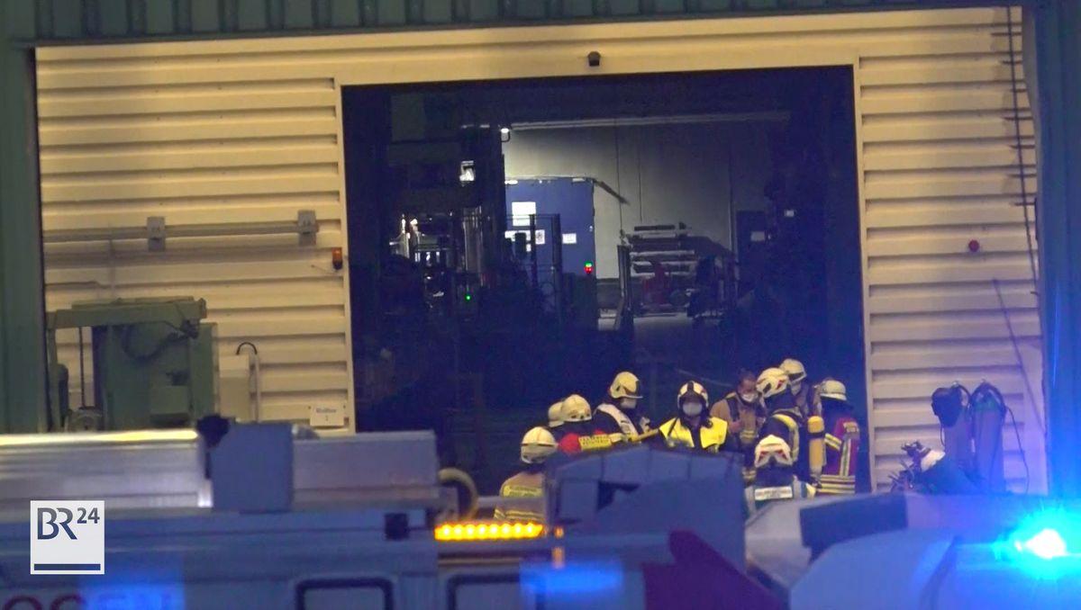 Feuerwehrkräfte im Einsatz bei einer Lagerhalle.
