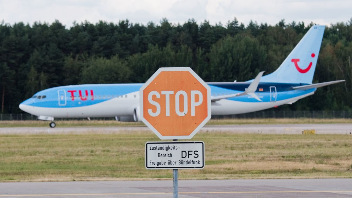 Flugzeug hinter Stopp-Schild